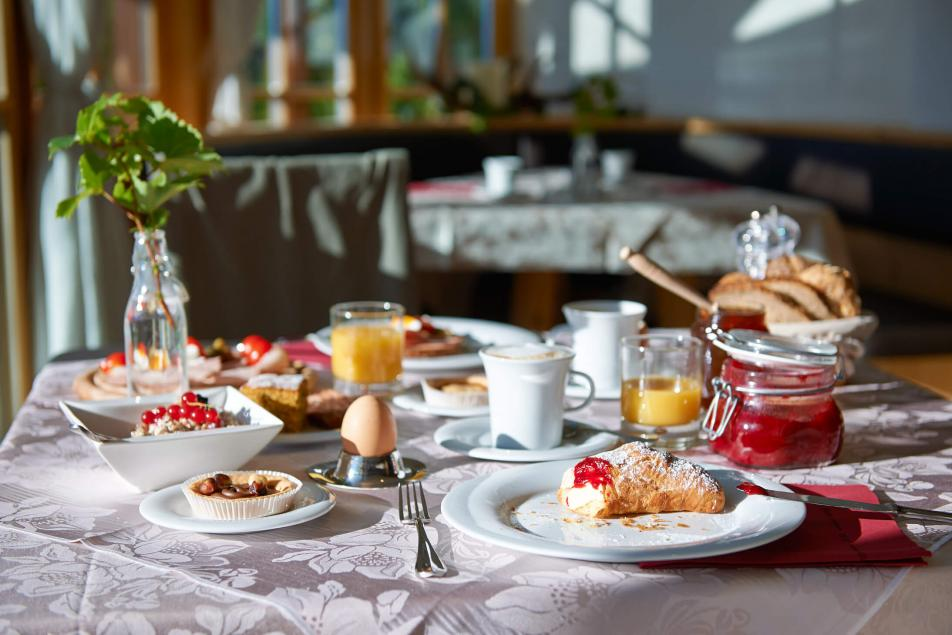 Creative Cuisine Breakfast Table Marmelade Crossaint Cake Juice Oranges Fruit Bread